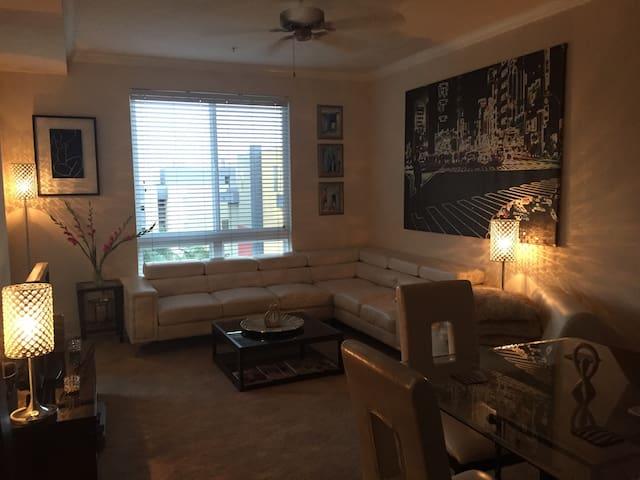 GORGEOUS HOLLYWOOD APT + POOL & GYM - Los Ángeles - Apartamento
