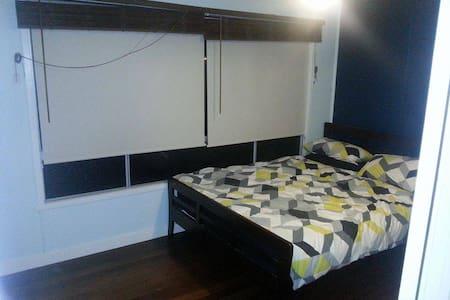 1 Bedroom, transport, shops and cbd close by. - Upper Mount Gravatt - House