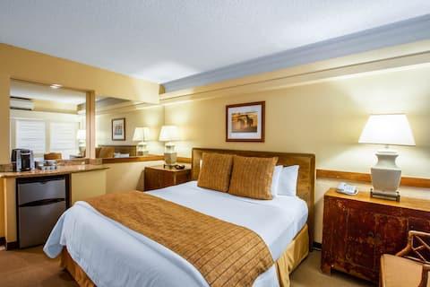 Hotel Room near Ala Moana Center, FREE Parking