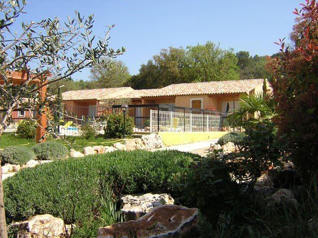 """Petite villa dans résidence """"les Chènes d'Or"""" - Régusse"""