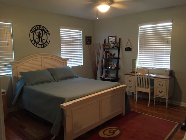 Walking Distance/Large Room! - Jacksonville