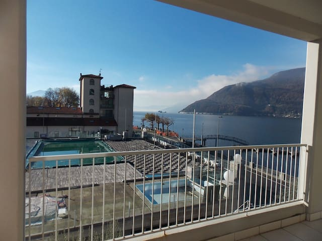 Lovely apartment with lake views, pool and jacuzzi