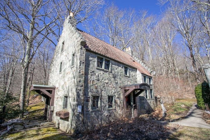 Charming 3BR Stone Cottage near Grandfather and Sugar Mtns, FP, Fire Pit
