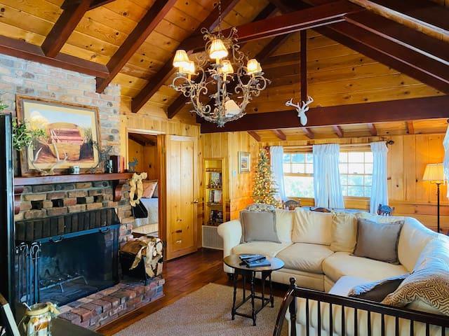 Charming Cabin Near Lake * Location* Location*