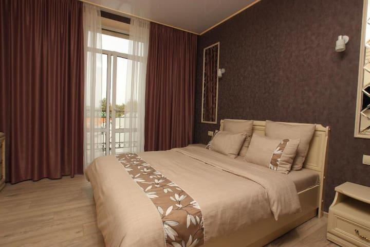 Спальня. Двухспальная кровать  с ортопедическим матрацем