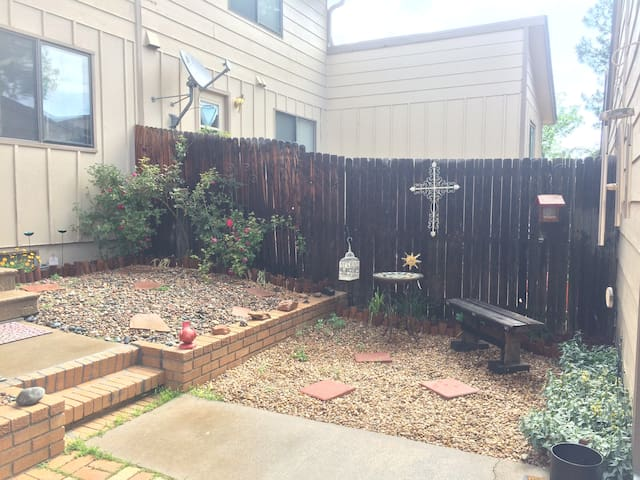 Delightful comfy 3 bed TH near downtown