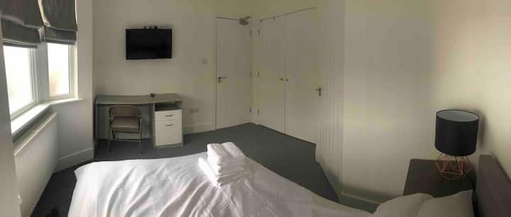 Large Double en-suite room for professionals only