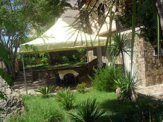 Casa vacanze con giardino a 200 mt dal mare - La Caletta - Leilighet