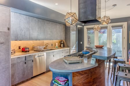 Chic guest home w/mountain views-close to downtown Ketchum & Warm Springs Lifts!
