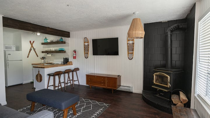 Where We Roam Condo: Newly Renovated Ski In/Ski Out Mountain Getaway.