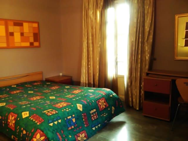 μεγαλο δωματιο με μπανιο, στο ιδιο επιπεδο με τον κηπο και την πισινα ( σουιτα Α1 )with   feng shui heling arts
