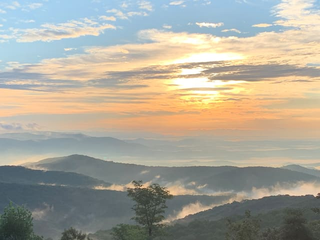 70 Mile Mountain View - sleeps 10! (1 hr from ATL)