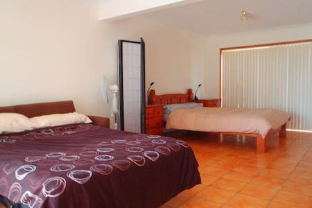 Walk to surf, beach, harbour, shops. Pet friendly - Hus