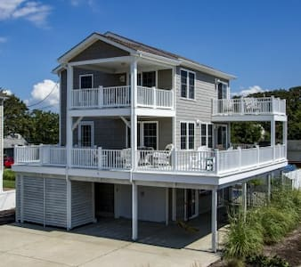 Sunset Hideaway with bay view, pool & pet friendly