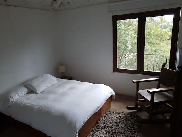 Segunda alcoba en 2do piso, cama queen, baño.