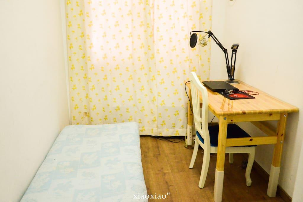 一张小的单人床加书桌