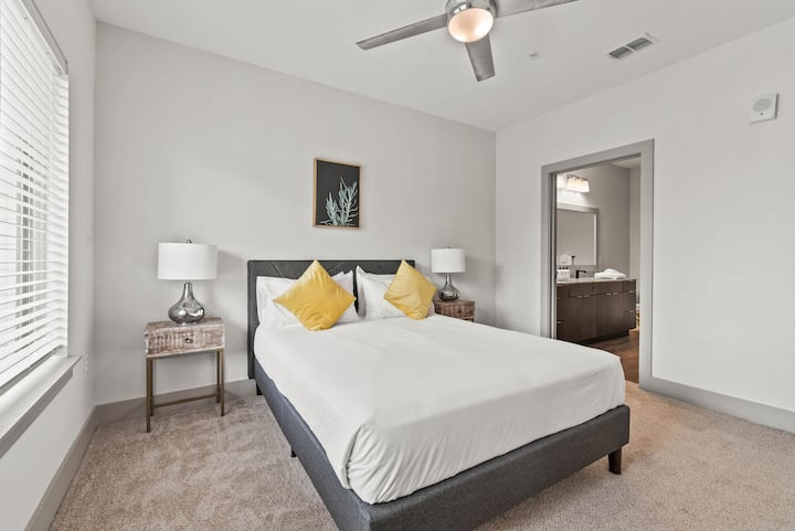 StayGia | Southbank | Chic Modern 2 BR Suite w/ Pool Gym Parking 2