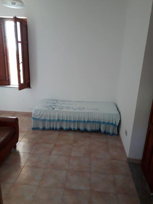 Stanza comune al piano terra con divano letto e un altro letto singolo
