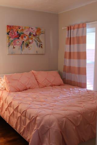 Queen bed with plenty of linens