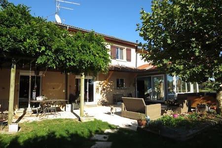 Chambre à 15 min de Genève dans maison spacieuse - Saint-Genis-Pouilly - Hus