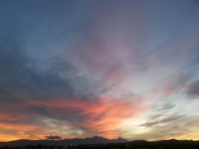 Splendidi tramonti dal terrazzino grazie alla vista panoramica a 180 gradi sulla catena montuosa della Bella Addormentata
