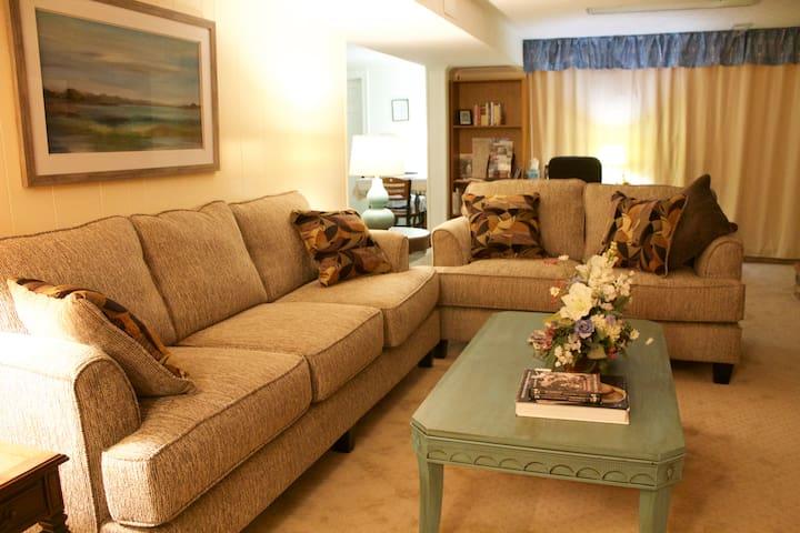 Elbow Room - spacious suite in quiet neighborhood