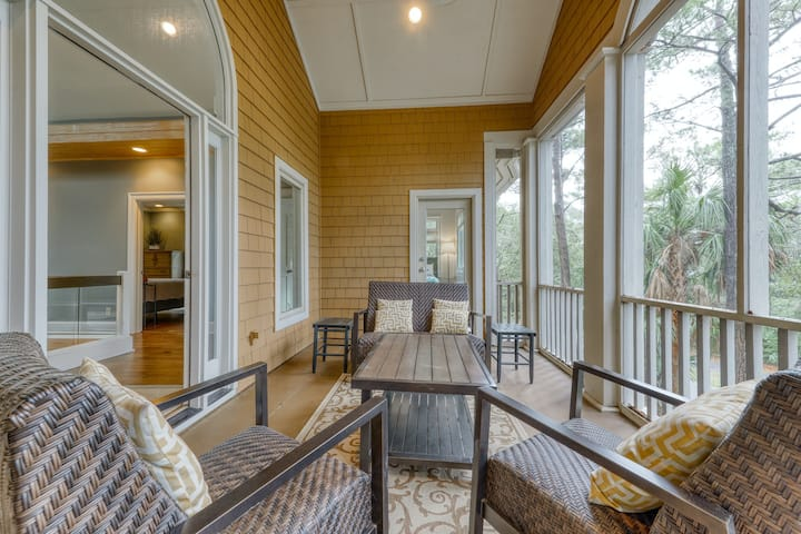 This private villa has two screened porches & free WiFi - 1 block from beach!