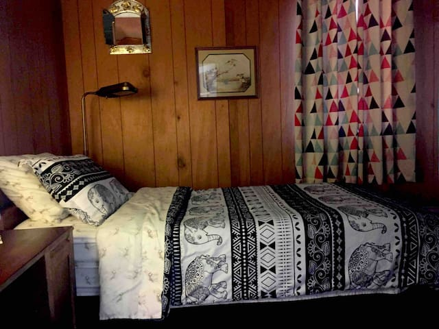 Cozy room in historical house close to WAFB & UCM