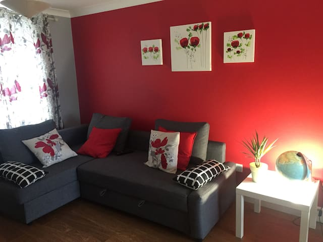 Spacious & Sunny Double room with Workdesk/parking