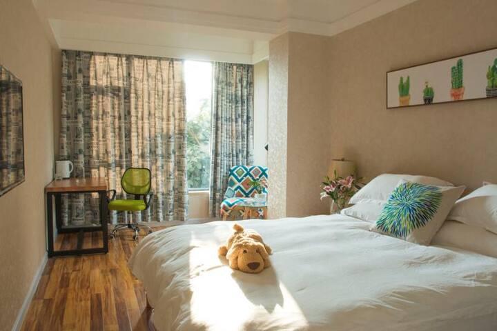 阳光招进来,温暖的大床房