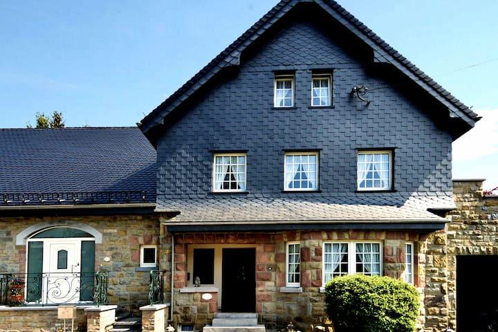 Gezellige woning met mooi terras, zeer grote en mooi aangelegde tuin en Wifi