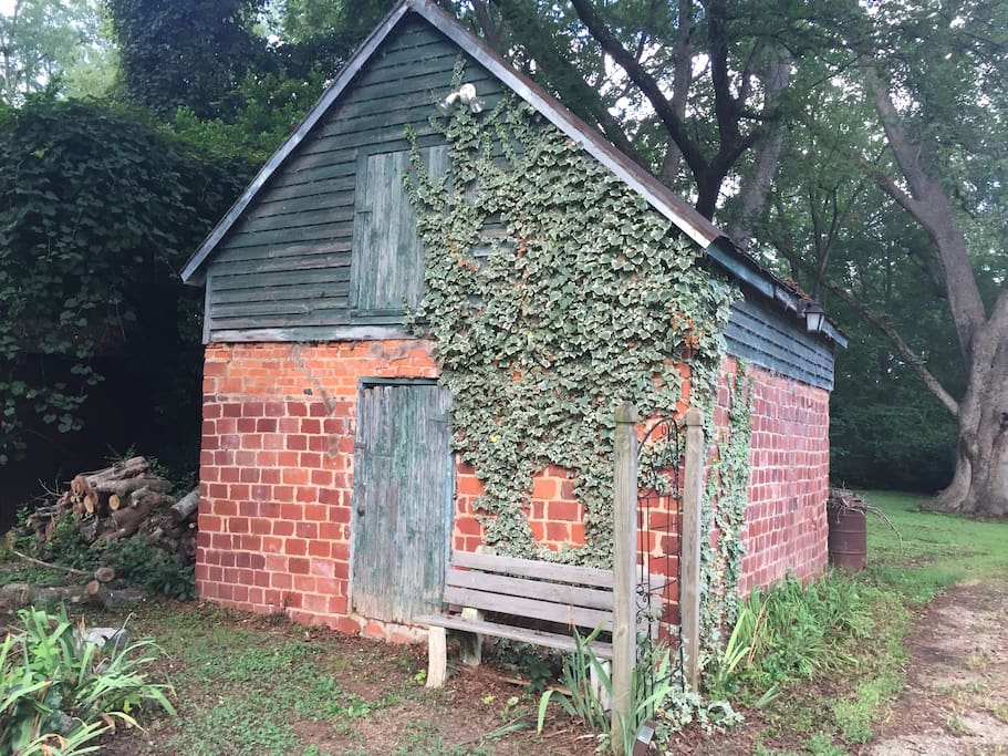 Old shed for photo or painting op