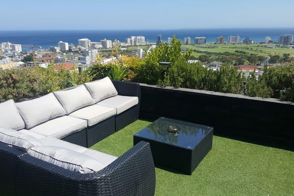 modernes haus mit dach hottub terrasse ofen ansich. Black Bedroom Furniture Sets. Home Design Ideas