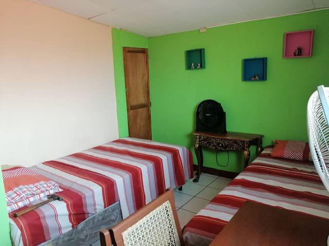 Room #2. Cuarto confortable  en el Centro de León