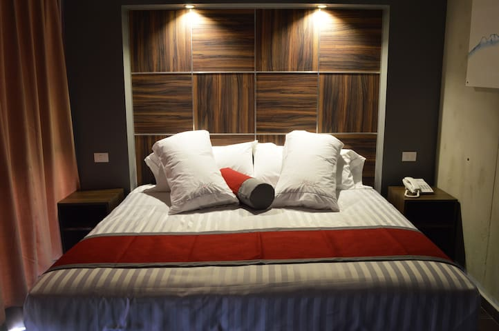 Minimailst King Size bed suite in Best Location