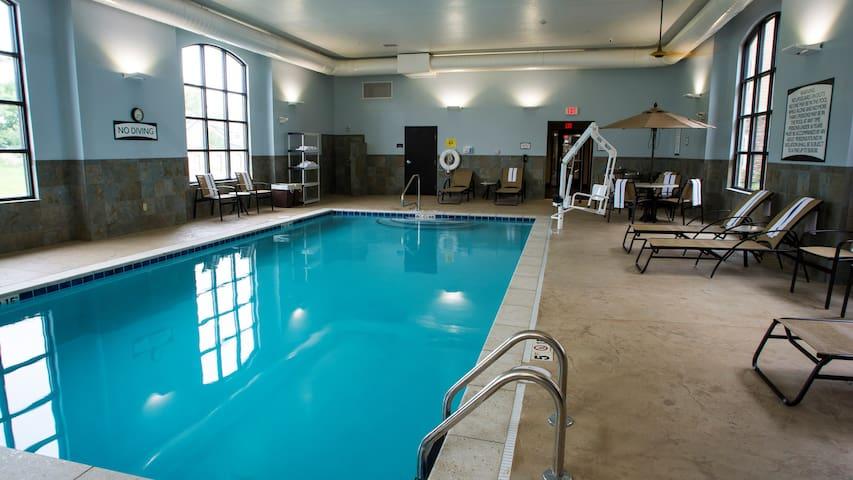 Near U of Kentucky. Free Breakfast. Indoor Pool.