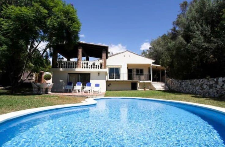 Private ensuite room in wonderful garden with pool