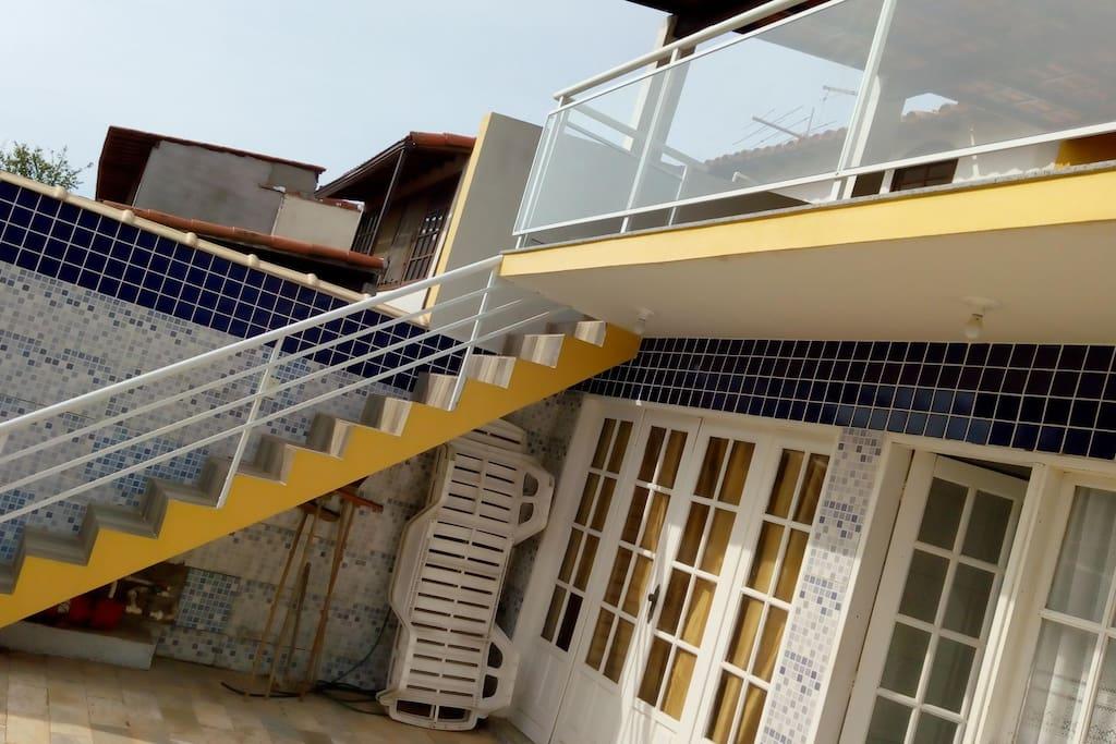 Acesso a Varanda de Frente a Piscina / Acceso a Balcón frente a la piscina