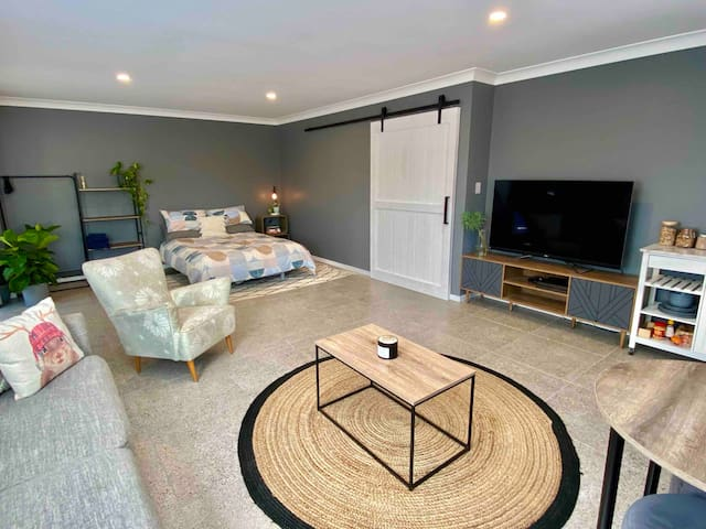 Private studio with queen bed, lounge room, dining area, brand new 65inch smart tv and breakfast bar included ☕️
