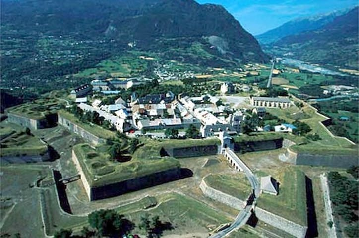 maison de village dans mont dauphin, fort vauban - Mont-Dauphin