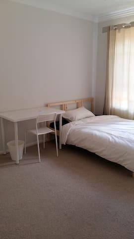 Generous size bedroom close to shops & transport! - Chatswood - Apartemen