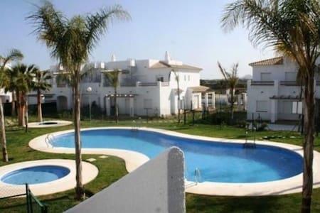 Apartamento cerca de la playa con piscina y jacuzi - Apartamento