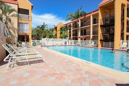 Walking Distance to the beach- 1 Block - Saint Pete Beach