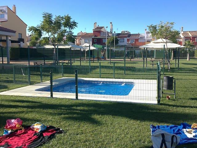 [341] Casa fantástica con piscina - Gines - House