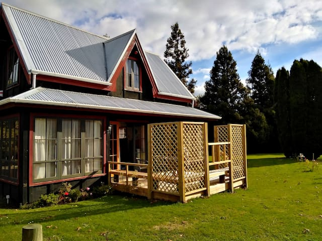 EARLY BIRD SPECIALS - Quiet Chalet, with hot tub!
