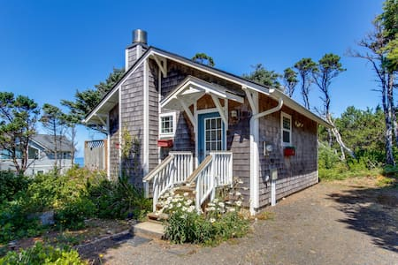 Cozy dog-friendly cottage with great ocean views and fantastic location!