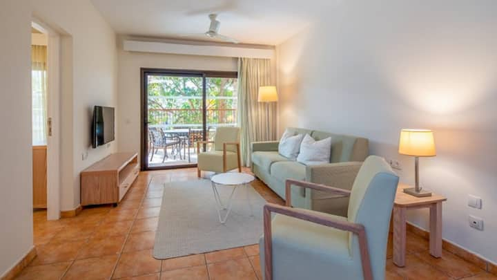 Bright Air Conditioned Apartment Near the Beach | FREE Wi-Fi + On-Site Pool