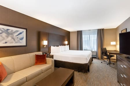 KING DELUXE HOTEL ROOM WITH AMAZING HEATED POOLS!