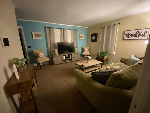 Charming DOWNTOWN, UNCG, A&T Bennett, Private room