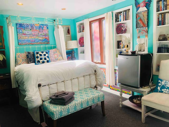 Central Colorful  Artist  home-Now Monthly Stays